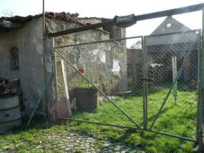 duben 2010 -  Pohled od kompostu k sousedum (susak na pradlo je jeste nas, pozeme konci az tam jak konci ten chliv