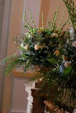 kvetinova vyzdoba prenesena po obrade dovnutra