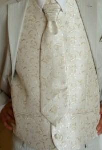 Janka a Ľubino - presne túto vestu s kravatou má môj miláčik