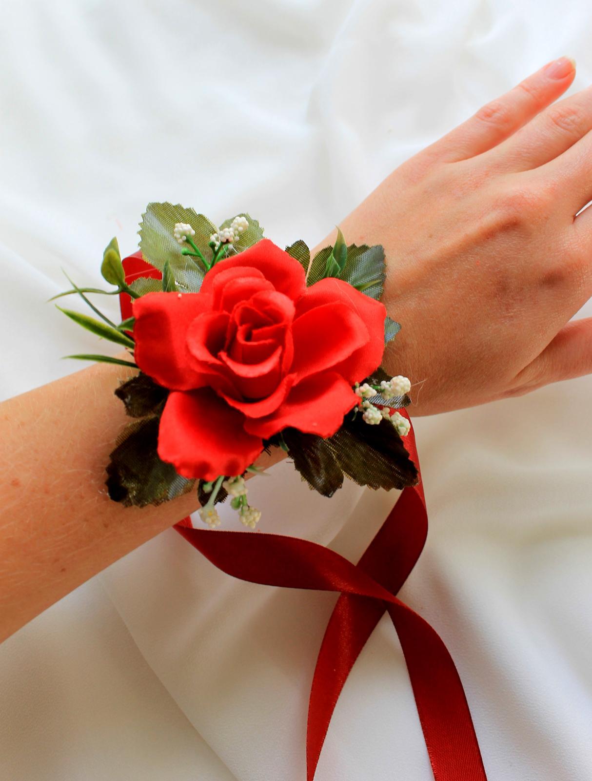 Kvetinové náramky pre družičky - červená ruža - Obrázok č. 1