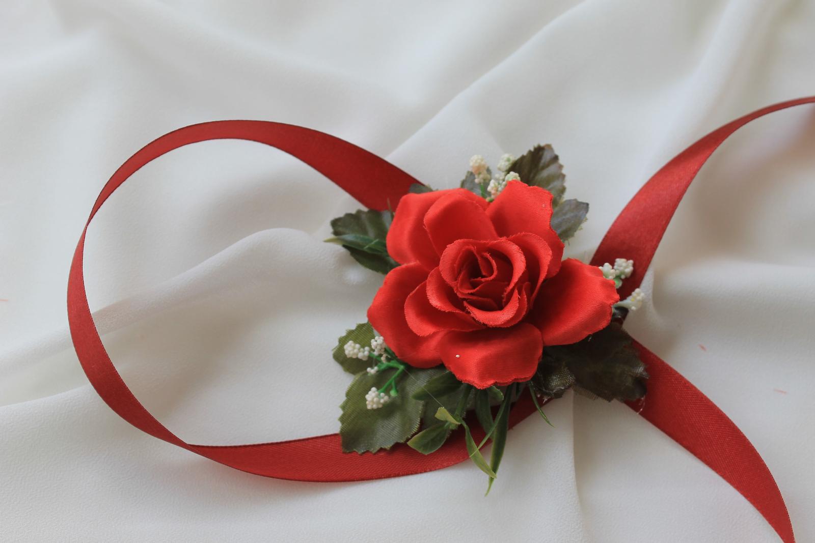 Kvetinové náramky pre družičky - červená ruža - Obrázok č. 3