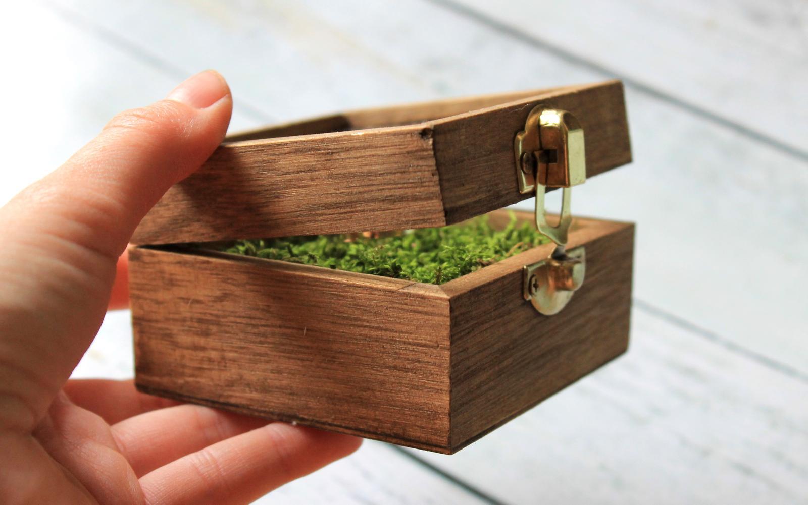 Drevená krabička na obrúčky s okienkom - Obrázok č. 3