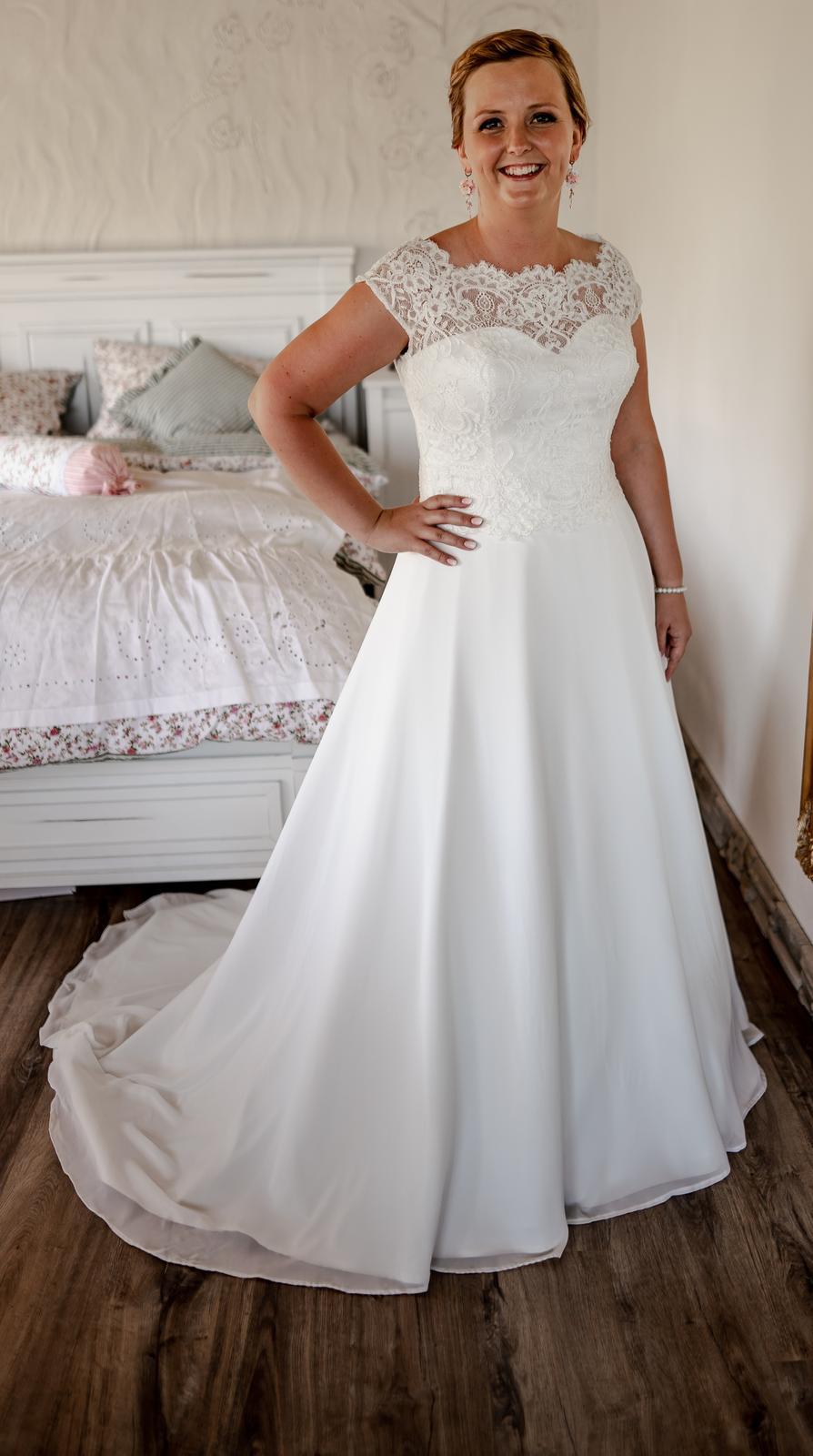 Svatební šaty vel 42 se závojem a krynolinou - Obrázek č. 1