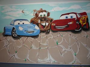 malované auta na stěně v pokojíčku