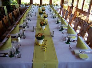 Hezky vyzdobené stoly-v jednoduchosti je krása.