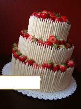 vítězný dort, ale jen dvě patra, trubičky z tmavé čokolády a maliny