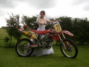 nevěsta a motorka