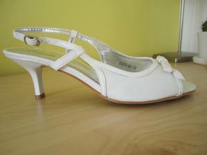 a moje svatební botky - poněkud prostší a se znatelně menšími podpatky:o)