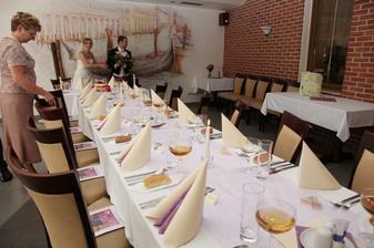 příchod do restaurace (každý měl na židli svatební noviny)