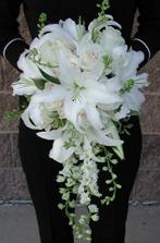 kytica bude urcite ťahavá a zrejme biele ruže a ľalie, alebo kalie