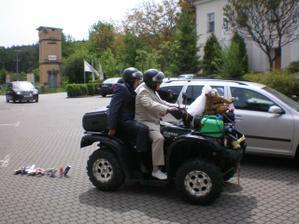 přijíždí ženich se svědkem :-)