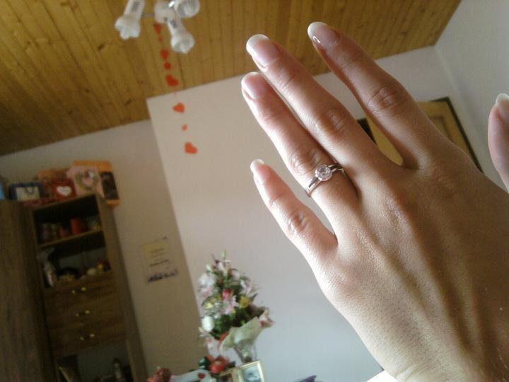 Svadba bude 6.8.2011 - Moj zasnubačik. dostala som ho 25.9.2009 na moje 19naste narodeniny. v pozadi je aj zasnubna kytička :D