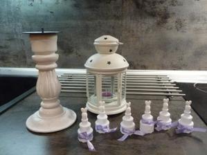 nachystány bublifuky. Na každém stole bude 1 lucerna a 1 svícen s velkou fialovou svíčkou.