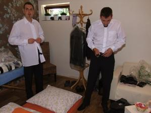 přípravy ženicha(vlevo) a svědka