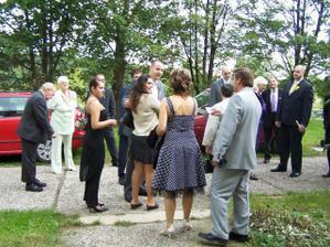 shromaždují se svatebčané