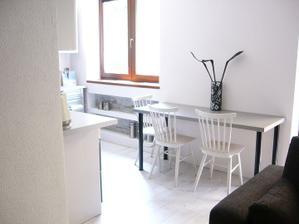stôl pri stene