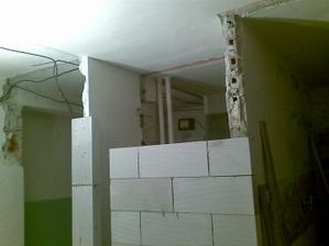 Predlžujeme kúpelňu, pôvodne tam bola vstavaná skriňa z tejto strany. Napravo bola a vlastne aj bude kuchyňa..