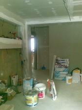 Nová stena (vpravo), za ktorou je detská izba, do ktorej sa vchádza cez malú chodbu v pravo a do ľava je vchod do spálne