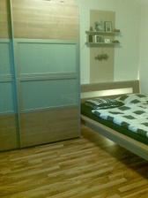 Skriňu a posteľ farby  orech NOCE využijeme do spálne (fotené v starom byte)