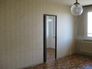 tato příčka rozdělovala kuchyň a obývací pokoj, teď už tam není