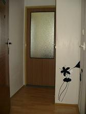 staré dveře jsem polepil samolepící fólií d-c-fix a stěnu polepila přítelkyně dekorací Spirit - vše nakoupeno v e-shopu www.e-color.cz