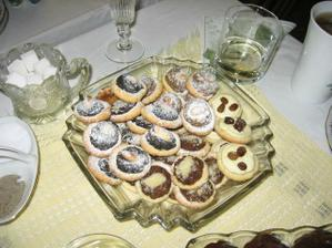 mozna i kolacky, dekuji za pujceni=traditional wedding `cakes` called kolacky.