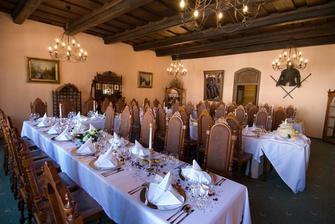 dekorace stolu udelal hotel, ja uz jen dodala jmenovky, ruzove platky, flitry a krabicky pro hosty.