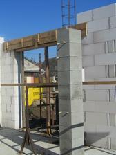 vymysleli sme si betonovy stlp v obyvacke ktory bude oblozeny kamenom