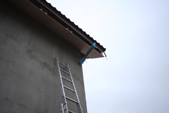 Nulový dom bez komína... Som UFO? - Provizorny obojok aby nestekala voda na mur.