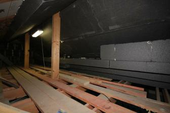Vnutorne zateplenie popod krokvy.. EPS neoform spolu 40cm.. V podkrovnych izbach dame trosku viac.. Aj do stropu...