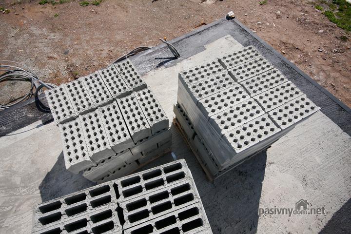 Nulový dom bez komína... Som UFO? - Najlacnejsi a pevny material na murovanie domu. Proste BETON z cisteho prirodneho cementu a strku o hrubke 20cm.. Iba sa muruje..