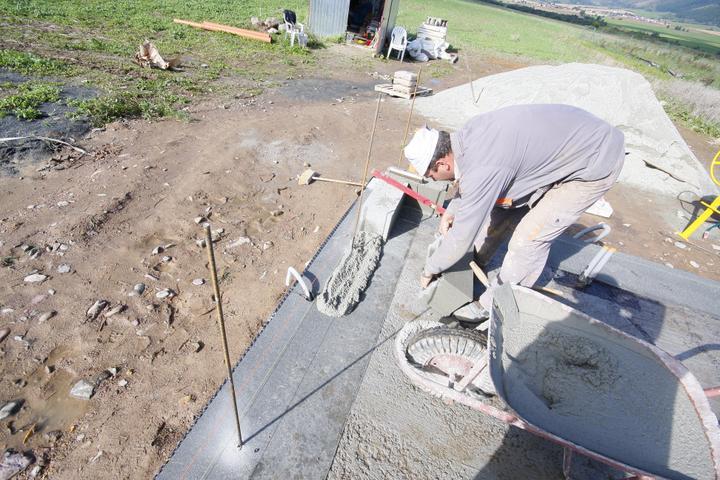 SKOLENIE! Najlacnejsi a pevny material na murovanie domu. Proste BETON z cisteho prirodneho cementu a strku o hrubke 20cm.. Iba sa muruje..