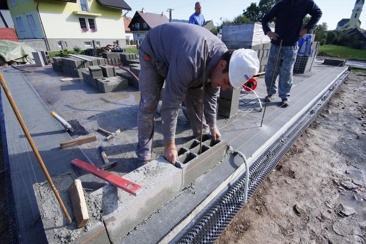 SKOLENIE! Najlacnejsi a pevny material na murovanie domu. Proste BETON z cisteho prirodneho cementu a strku o hrubke 20cm..