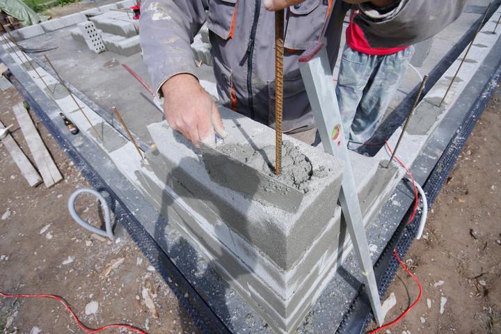 SKOLENIE! Rohy su vystuzene betonom a rozoro od zakladovej platni az po strechu...