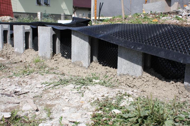 Este ukotvenie dielcov, dalsim betonom... Aby sa nepovyzvracali :-p