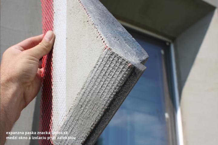 Maketa zateplovacky.. Cize neopor polystyren, ja som daval okolo okien podlahovy S100.. Na tom je lepidlo sietka a este raz lepidlo.. A expanzna paska, to napucane.. Je to eleasticky material neprepustajuci vodu pri prudkom vetre atd..