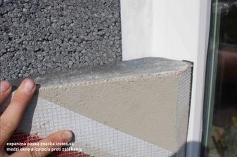 Takto prekryvam ram okna polystyrenom, to je rez.. realny... O okno je exterierova paska paro priepustna biela a ju prekryval polystyrenom, ktorym zateplujem cely ram..