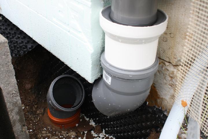 Napojenie odkvapovej rury do zberneho systemu dazdovej vody... Nepouzil som tie filtracne kanaliky! ...