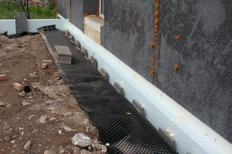 Polystyren medzi terasou a DOMOM... Nikdy neprepajajte BETON terasy s DOMOM! Bezne to projektant nema problem nakreslit, ale je to velka chyba a oprava vas vyde draho... A to iste plati aj o vstupnom schodisti!