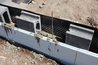 3cm perimetrovy polystyren od polyform.sk = vydrzalo to tlak betonu