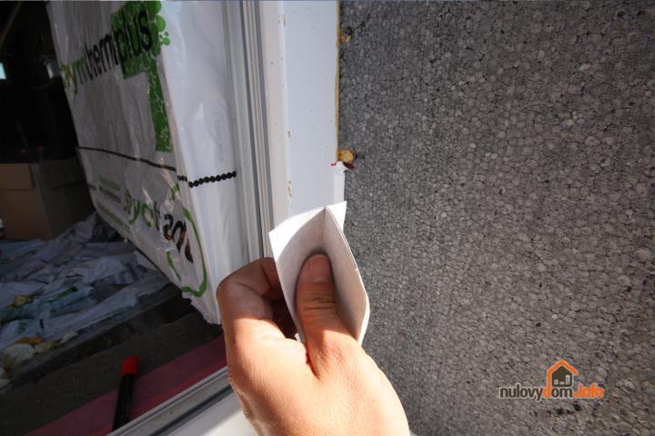 Butylkaucukovu pasku si prehnete na polovicku... a najskor lepime o ram... Tato paska od izotes.sk je super v tom ze ochranny  papierik z druhej strany je rozrezany na dva.. Cize odlepim jeden papierik a paska sa nalepuje len o ram...