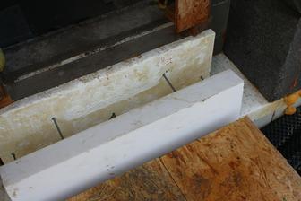 Napichol som este 10cm XPS o ktory sa lial beton a + aj na neho zvrchu isiel beton.. VO finale vidiet len ten 4cm XPS biele z ktoreho trcia nerezove tyce...