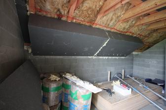 Zateplenie podkrovia... EPS 40cm lepene o krokvy... Neskor budu fotos ako bude rovena konstrukcia bez toho aby sli konzoly cez EPS... Znizenie tepelnych mostov...