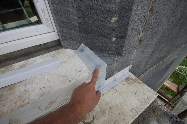 Kde sa prepajaju 2 rozne polystyreny v dolnej casti, tak to miesto treba radsej prelapit, aby neskor do toho nesla voda...