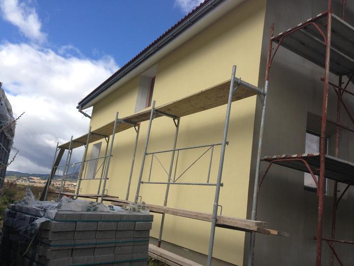 Nulový dom bez komína... Som UFO? - Omietka silikonova caparol MEIS 15 1,5zrno... Cena 25kg vedro - od 37eur do 42... Na tuto stenu mi islo 3,5 vedier. Juzna stena 50m2 - teplota fasadny rapidne klesla...