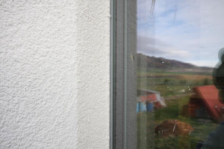 Detail fasadnej omietky... Omietka ide az po gumicku na skle... Na gumicky sa lepila ochranna paska.. Naniesol sa penetrak aj na ram okna a na to fasadna omietka... Potom do 5min sa paska strhla dole...