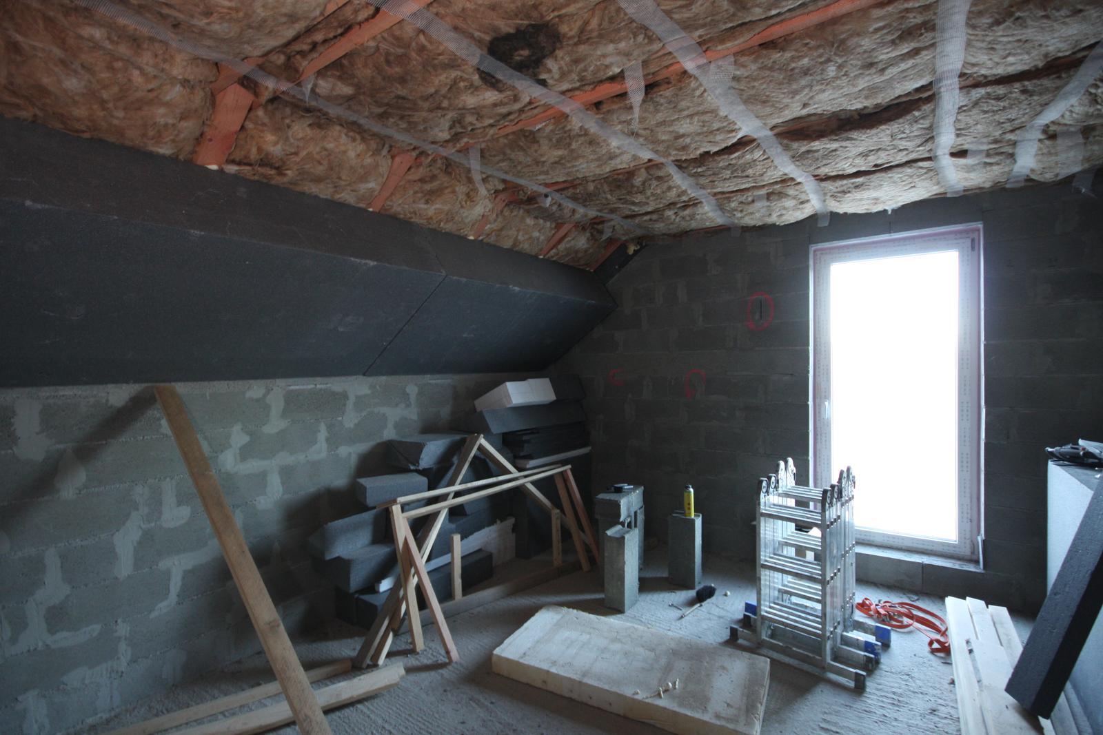 Nulový dom bez komína... Som UFO? - Polystyren pod strechou je zatial lepeny PU lepidlom (pur pena na EPS) o krokvy...