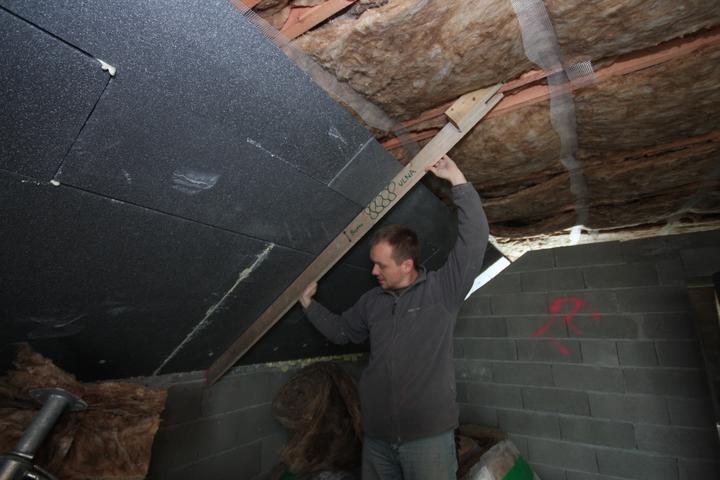 Takto pojde konstrukcia pre plafon... Plafon bude OSB... Na to omietky atd.. Konstrukcia bude bez akeho kolvek tepelneho vodica cez polystyren sedy... uchyt bude v mude dole a hore v krokve.. Nieco ako PANT ktory isti aj POLYSYTREN!