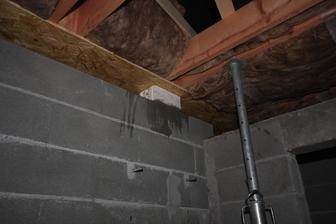 Nadvihnutie strechy o 4cm a podlozenie opornej tvarnice pod ,,KONA strechy,,  Tvarnicu som pouzil NOVOMUR.