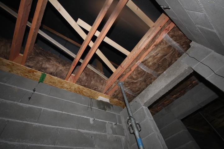 Tu je vidiet KONA... ktory podopiera strechu a prenasa cast vahy do nosneho muriva v izbe... Od bielej tvarnice hore vidiet kusok KONA...